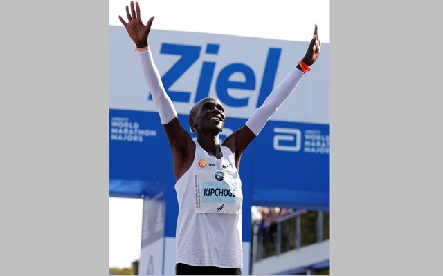 Athletics - Berlin Marathon - Berlin, Germany - Sept 16, 2018 Kenya's Eliud Kipchoge celebrates winning the Berlin Marathon and breaking the World Record. Reuters