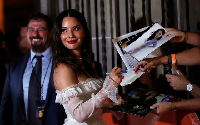 Actor Olivia Munn signs autographs at the premiere of 'The Predator' during the Toronto International Film Festival (TIFF) in Toronto, Ontario, Canada Sep 7, 2018. REUTERS