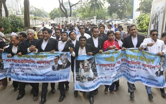 BNP-allied lawyers march towards the Secretariat from the Supreme Court on Tuesday demanding the release of BNP Chairperson Khaleda Zia.