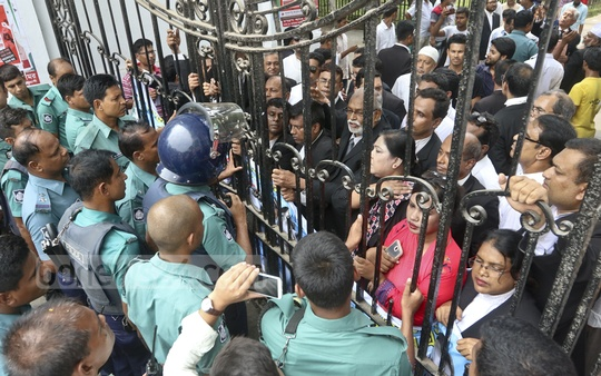 Police obstruct a march forward to the Secretariat staged by the BNP-allied lawyers demanding the release of BNP Chairperson Khaleda Zia in Dhaka on Tuesday.
