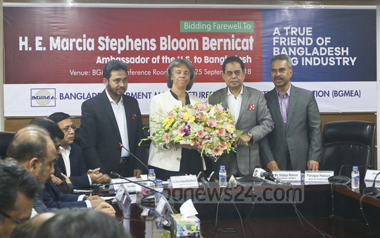 Outgoing US Ambassador Marcia Bernicat receives a wreath from leaders of Bangladesh Garment Manufacturers and Exporters Association in Dhaka on Tuesday. Photo: Abdullah Al Momin