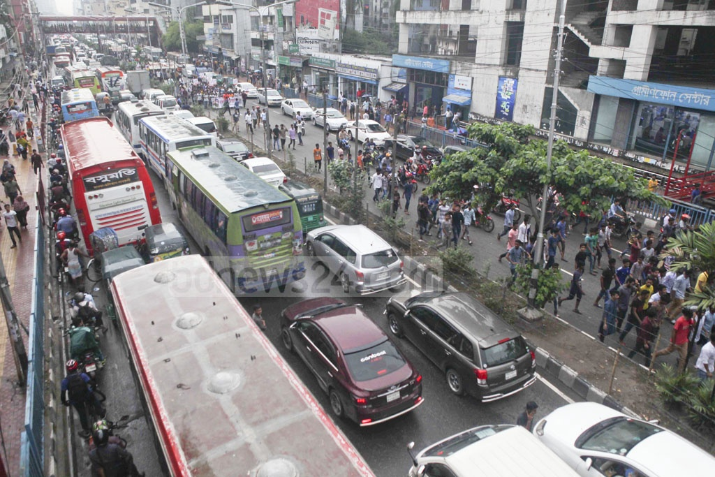 Bangladesh Chhatra League took out a procession in Dhaka on Friday to celebrate Prime Minister Sheikh Hasina's birthday, causing traffic woes at Farmgate.