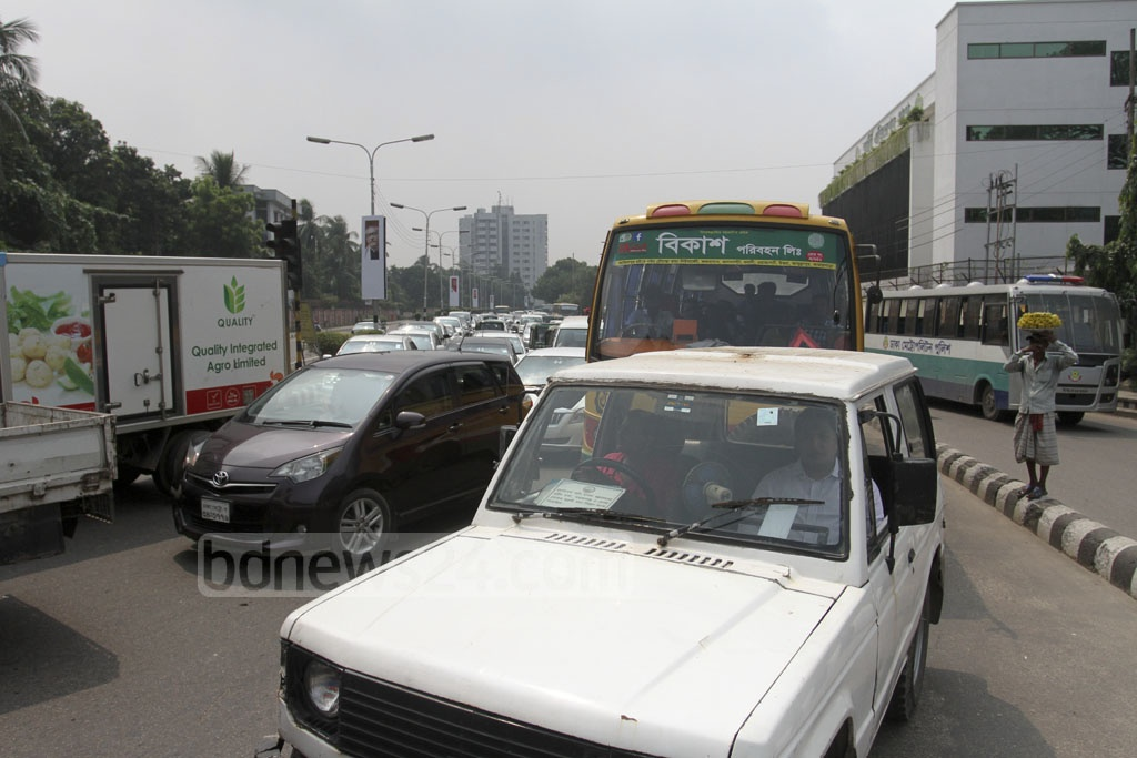 A road accident causes traffic congestion in the Jahangir Gate area near the Dhaka Cantonment on Saturday. Photo: Asif Mahmud Ove