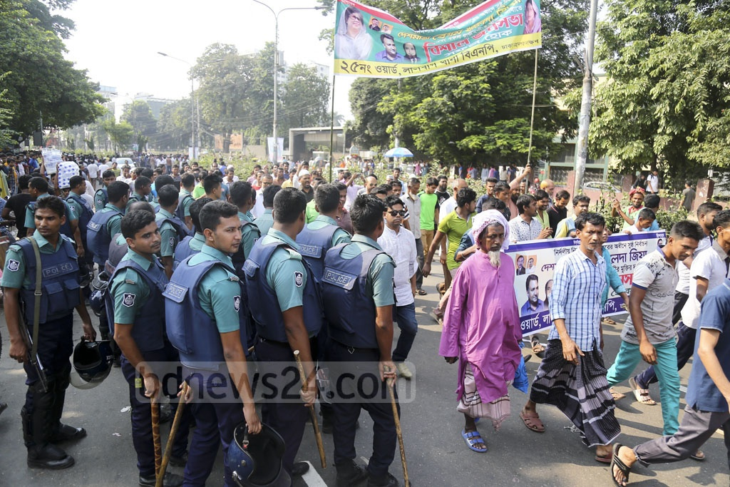 Police strengthened security in the capital on Sunday for the BNP's Suhrawardy Udyan rally. Photo: Mahmud Zaman Ovi