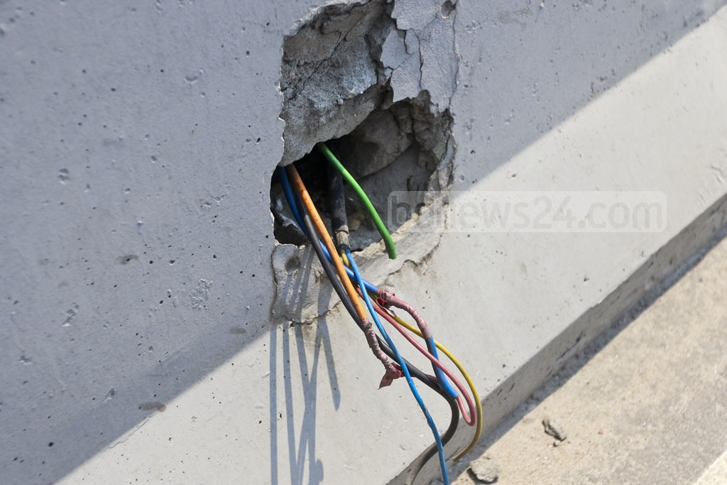 Electric wires have been stolen from the Shantinagar end of Dhaka's Moghbazar-Mouchak flyover. Photo: Abdullah Al Momin