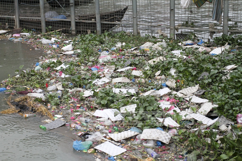 The Buriganga River that flows through Dhaka is clogged with waste. Amid water hyacinths are seen plastic and other forms of waste. Photo: Asif Mahmud Ove