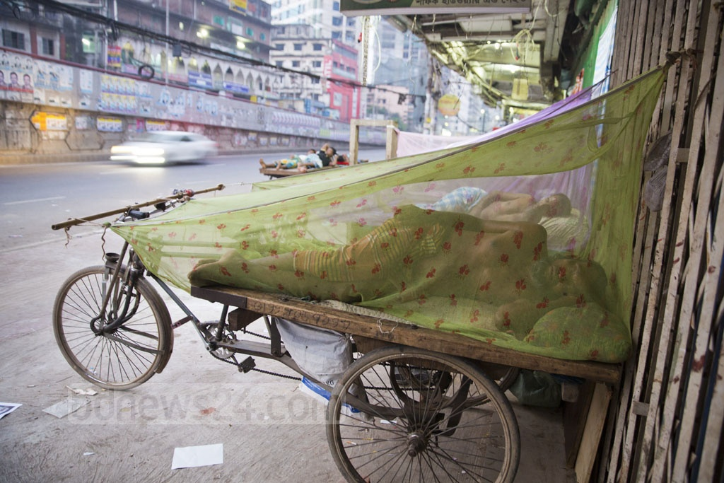 Van drivers sleep on the sidewalk in Dhaka's Shantinagar to avoid sweltering heat on Monday. Photo: Mostafigur Rahman