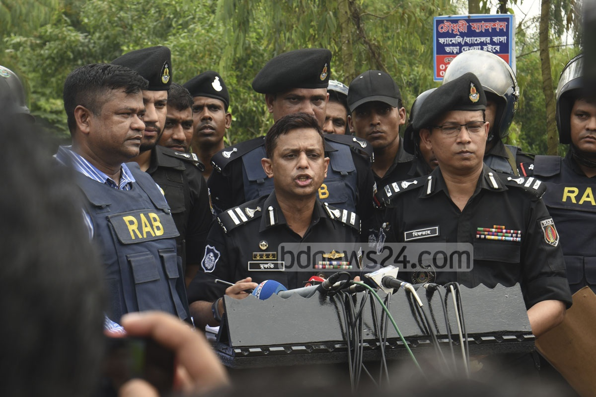RAB spokesman Mufti Mahmud Khan briefs the media after a raid on a suspected militant hideout at Sonarpaharh area in Jorarganj of Chattogram's Mirsarai in the wee hours of Friday. Photo: Suman Babu