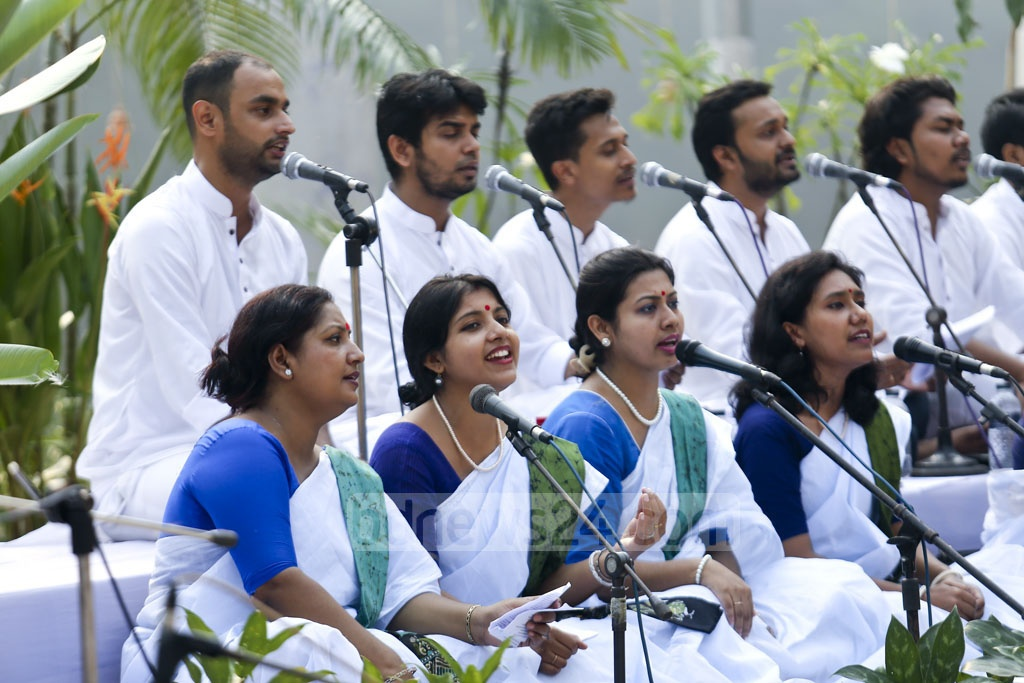 Artists sing Tagore songs to celebrate an autumn festival at Dhanmondi's Rabindra Sarobar Mancha on Friday. Photo: Mahmud Zaman Ovi