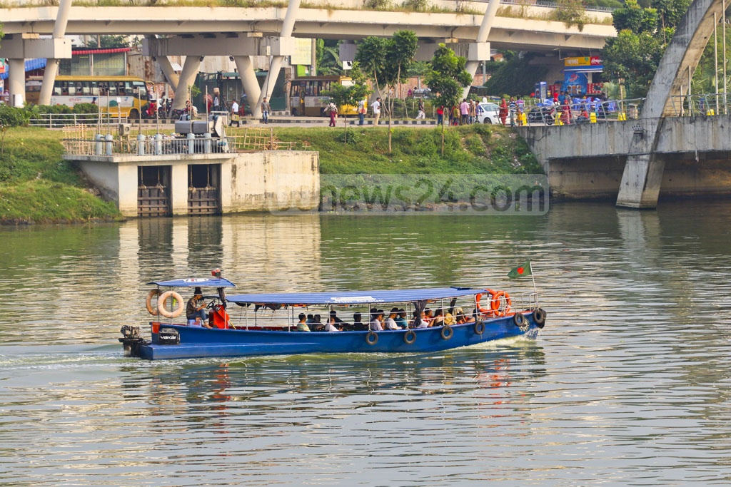 Water taxi services resumed on the Hatirjheel in the capital on Oct 4 after a pause of two weeks for maintenance of the lake. The photo was taken on Sunday afternoon. Photo: Abdullah Al Momin