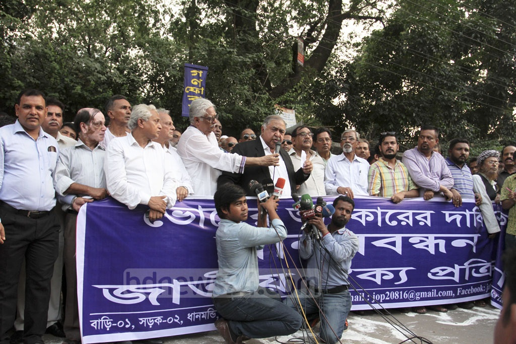 Gano Forum chief Dr Kamal Hossain speaks at a human-chain demonstration organised by the Jatiya Oikya Prokriya platform in front of the National Press Club in Dhaka on Sunday, calling for ensuring rights to vote. Photo: Asif Mahmud Ove