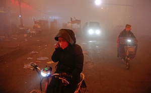 File Photo: People make their way through heavy smog on an extremely polluted day with red alert issued, in Shengfang, Hebei province, China Dec 19, 2016. Reuters