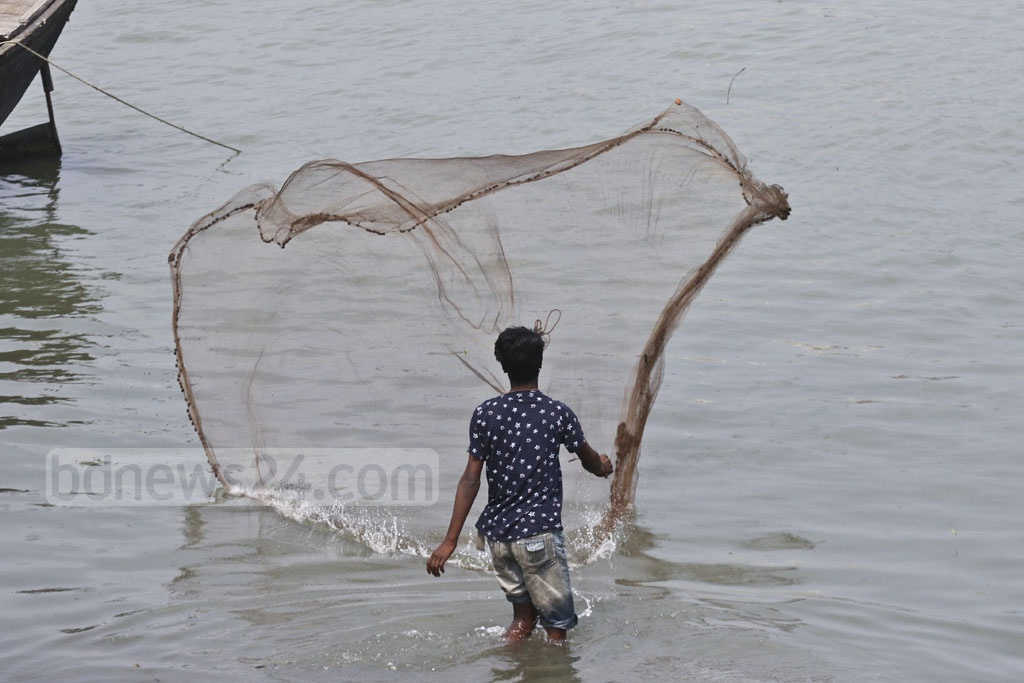 The Burhiganga in Dhaka has been sick due to pollution, wastes for a long time. The river sometimes shows its lost beauty, letting fishermen enjoy some catches. Photo: Abdullah Al Momin