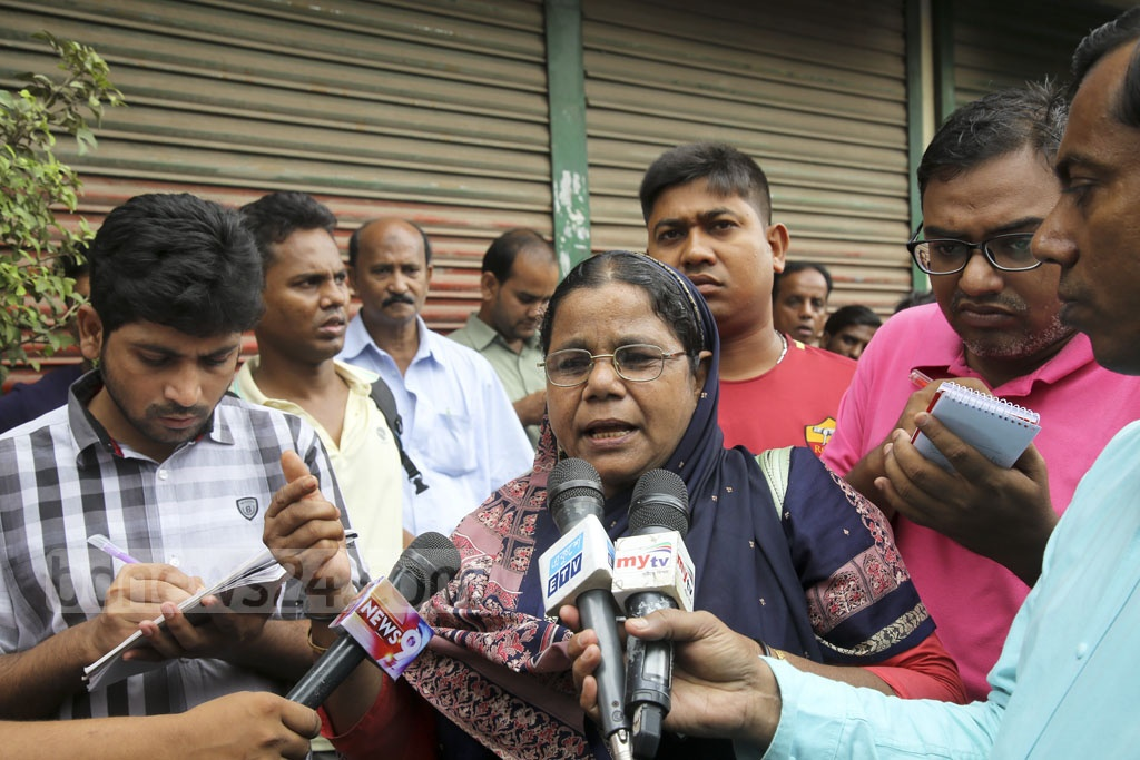 Mahmuda Monwara Begum, who survived the attack, recounts her sad memories to the media after the verdict on the Aug 21 grenade attack case. Photo: Mahmud Zaman Ovi