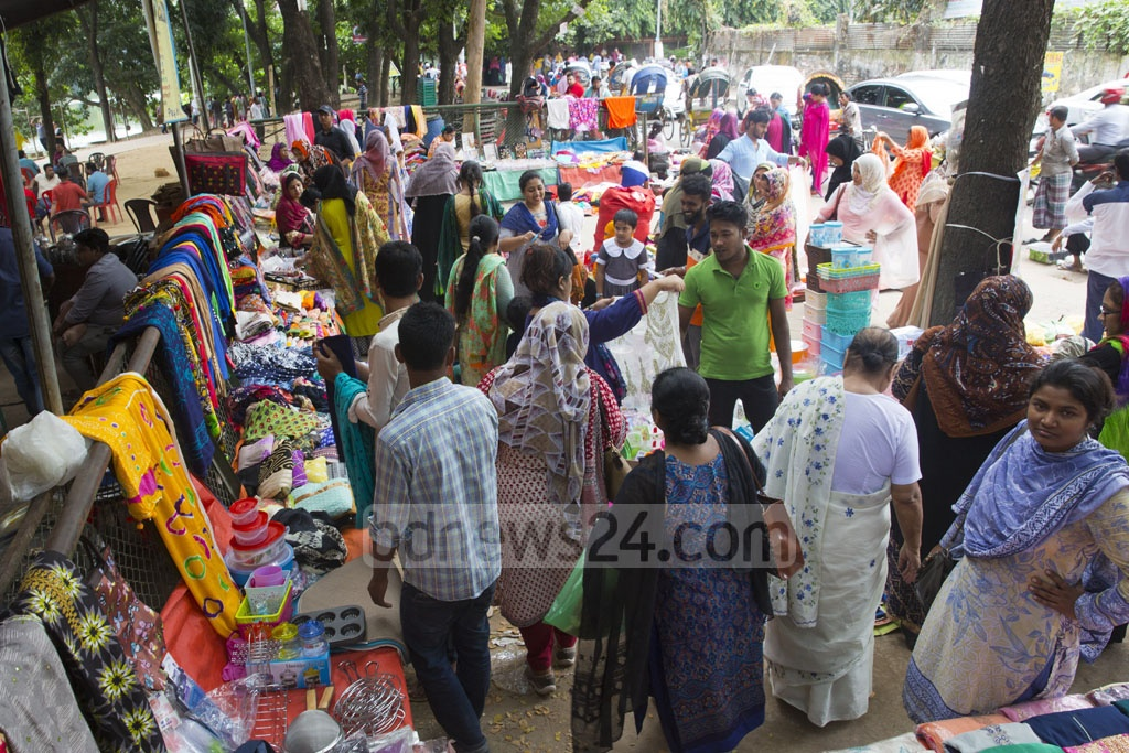 Women crowding the makeshift market at the capital's Rabindra Sarobar area in Dhanmondi. Photo: Mostafigur Rahman