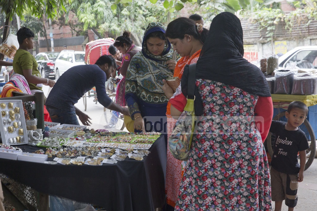 Women checking a makeshift jewellery shop at the capital's Rabindra Sarobar area in Dhanmondi. Photo: Mostafigur Rahman