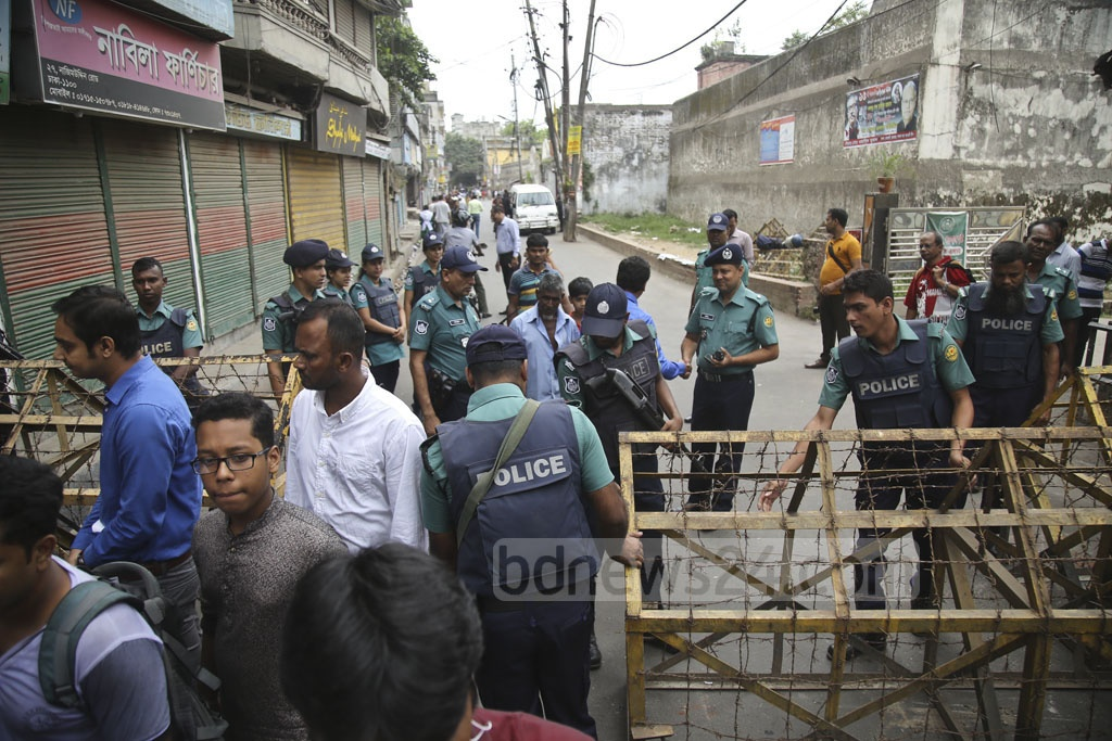 Police tighten security in the court area on Old Dhaka's Nazimuddin Road on Wednesday, to ward off any violence over the verdict on the 2004 grenade attack case. Photo: Mahmud Zaman Ovi
