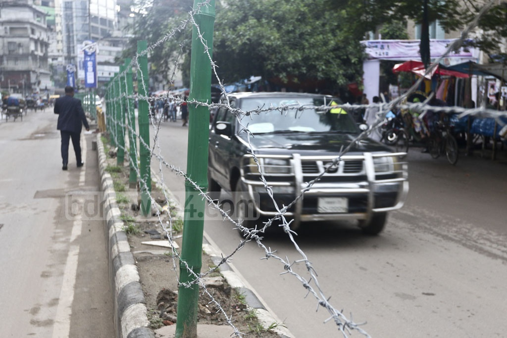 Barbed-wire fences have been put up in parts of Dhaka to prevent jaywalking on the roads. The photo was taken in front of the Baitul Mukarram Mosque. Photo: Abdullah Al Momin