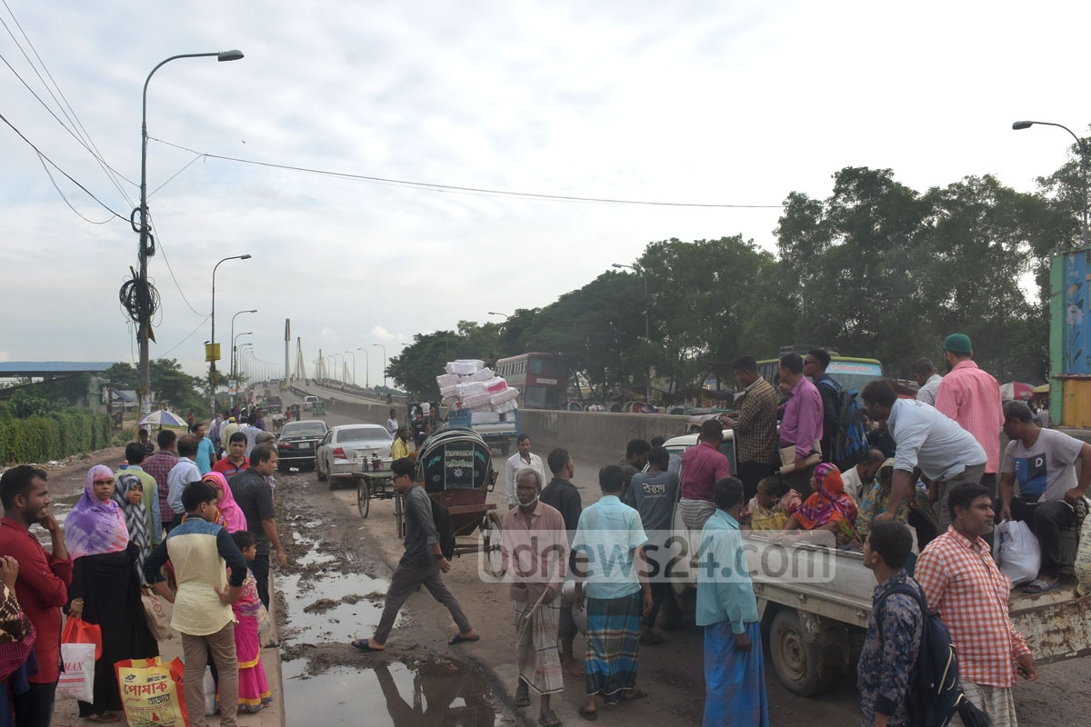 Owners halted bus service on the Chattogram-Cox's Bazar Highway after the Hanif Paribahan coutner at Chattogram's Shah Amanat Bridge area was locked, causing suffering to commuters. The photo was taken in the Shah Amanat Bridge area on Sunday. Photo: Suman Babu