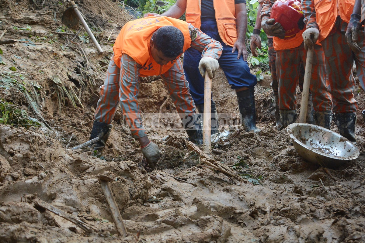 The Fire Service conducts rescue operations in Akbar Shah Thana's Firoz Shah Colony after heavy rain triggered a landslide in the area, leading to the deaths of three. Photo: Suman Babu
