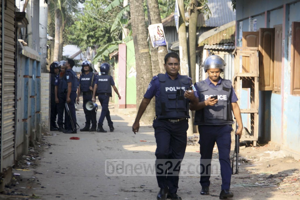 Police surround the entire Shekherchar area in Narsingdi where militants are believed to be holed up. Photo: Obaidur Masum