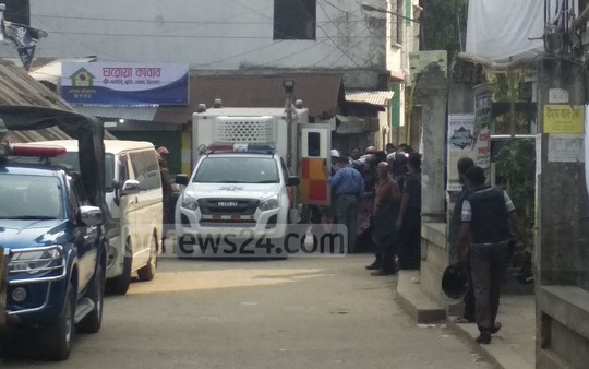 Two suspected female militants from the Nilufa Villa building in Narsingdi's Madhabdi are transferred to a vehicle by SWAT team members on Tuesday after they surrendered. Photo: Obaidur Masum