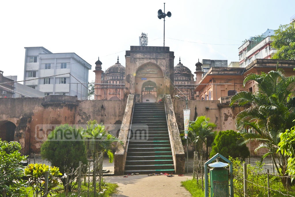 The Khan Mohammad Mridha Mosque is located in Old Dhaka's Lalbag area. The mosque was built in 1706 during the reign of Mughal emperor Farrukhsiyar. The Department of Archaeology is responsible for maintaining the site. Photo: Abdullah Al Momin