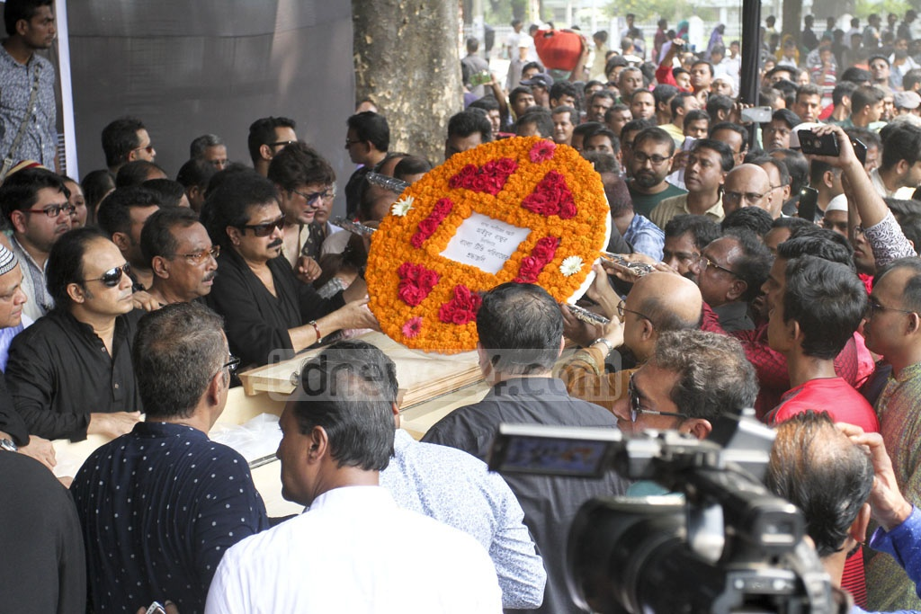Political, social and cultural organisations paying their last tributes to singer-guitarist Ayub Bachchu at the Central Shaheed Minar on Friday. Photo: Asif Mahmud Ove