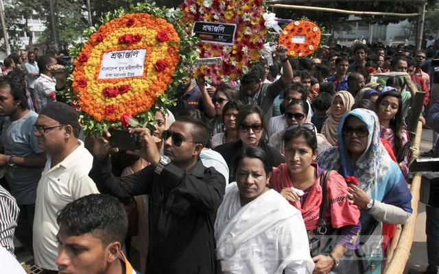 Thousands of fans paying their last tributes to Ayub Bachchu, who popularised rock mucic in Bangladesh, at the Central Shaheed Minar in Dhaka on Friday. Photo: Asif Mahmud Ove