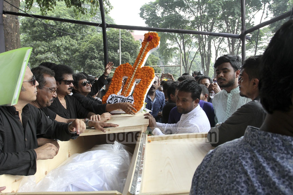 People from all walks of life paying their final tributes to singer-guitarist Ayub Bachchu at the Central Shaheed Minar in Dhaka on Friday. Photo: Asif Mahmud Ove