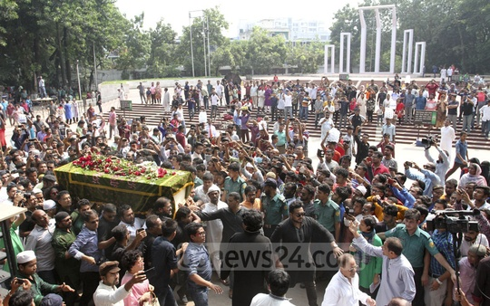 The mortal remains of Ayub Bachchu is being taken to the National Eidgah ground from the Central Shaheed Minar in Dhaka for Namaz-e-Janaza on Friday. Photo: Asif Mahmud Ove