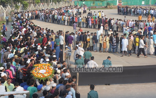 Fans stand in long queues to see their beloved singer Ayub Bachchu for one last time at the Jamiatul Falah Mosque ground in the port city of Chattogram. Photo: Suman Babu