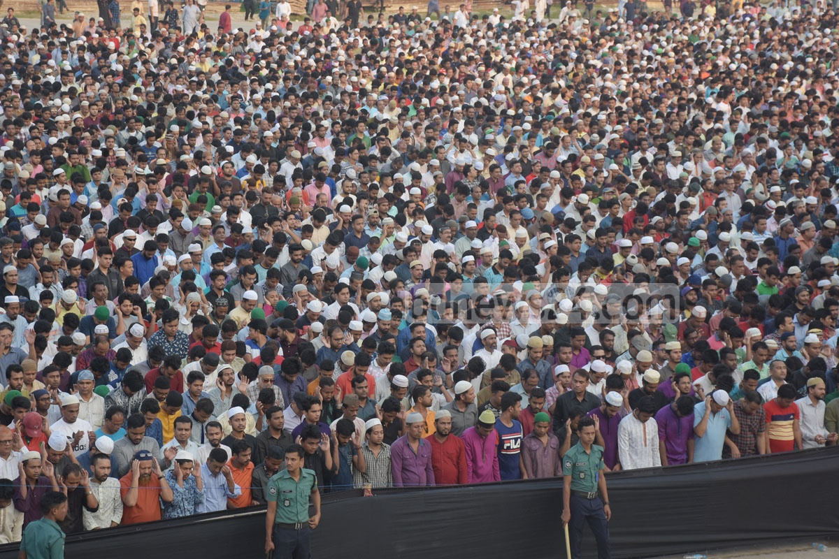 Thousands of people take part in the final funeral prayer for singer and guitarist Ayub Bachchu in Chattogram on Saturday. Photo: Suman Babu