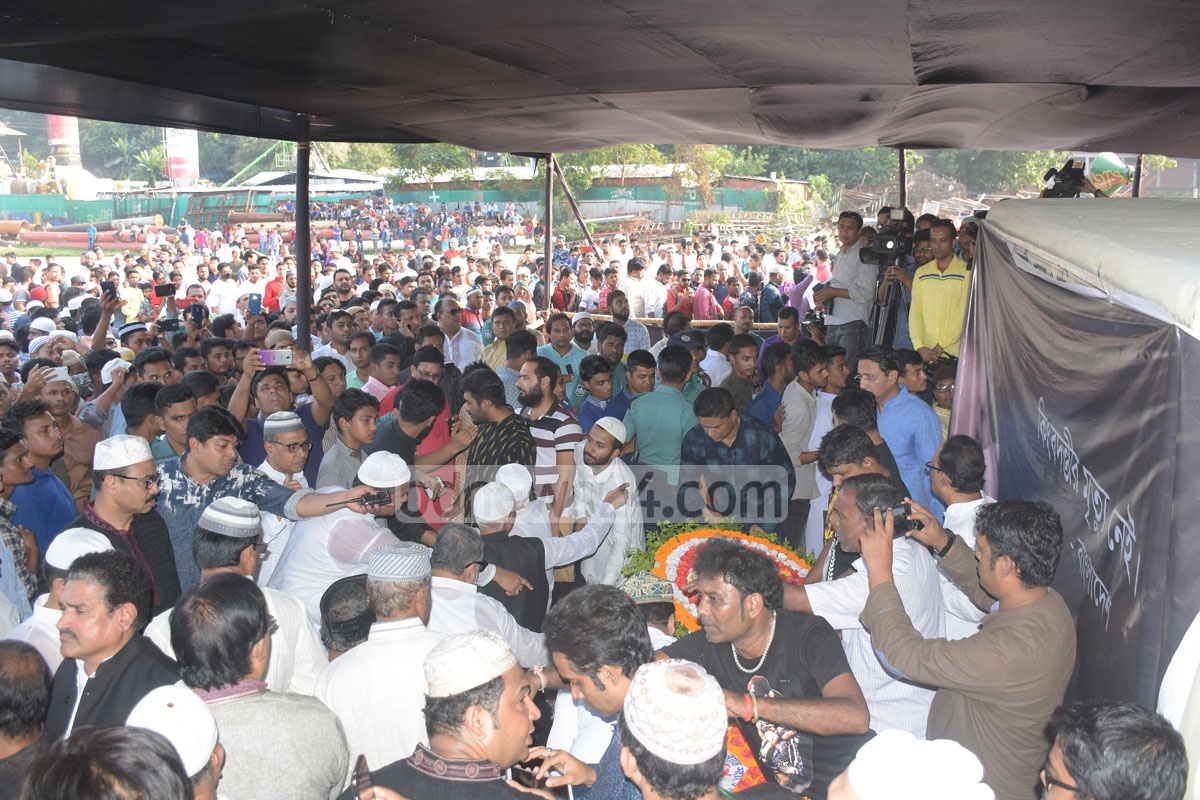 Thousands of fans pay their last respects to their beloved singer Ayub Bachchu at the Jamiatul Falah Mosque ground in Chattogram on Saturday. Photo: Suman Babu