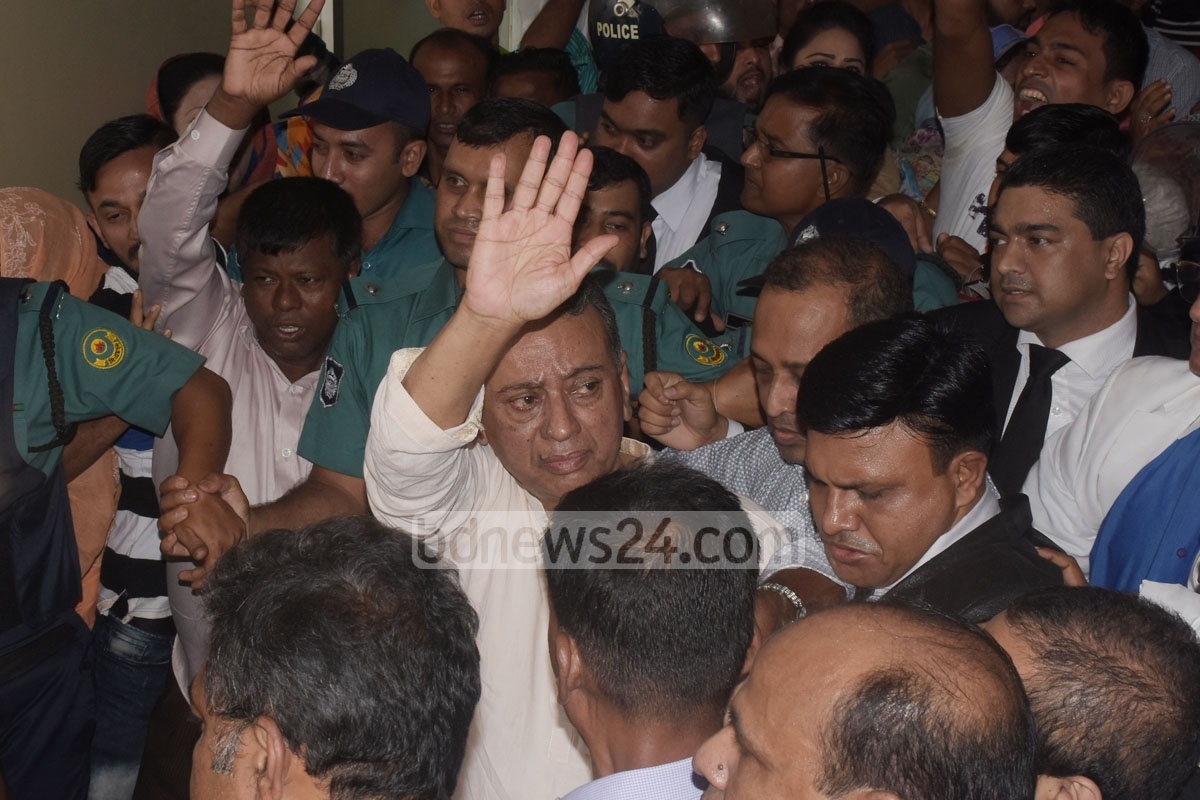 Police escorting BNP National Standing Committee Member Amir Khosru Mahmud Chowdhury to jail following a Chattogram court order cancelling his bail in a ICT Act case on Sunday. Photo: Suman Babu