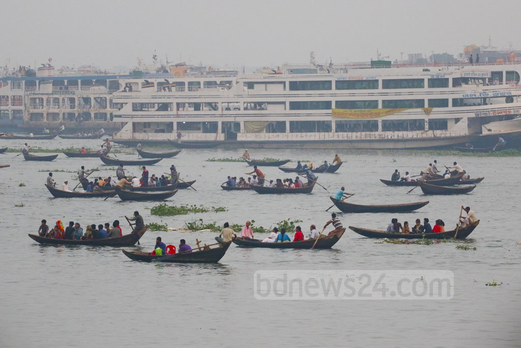 Boatmen charge Tk 5 to ferry people across the Buriganga River from Keraniganj to Dhaka. Photo: Abdullah Al Momin