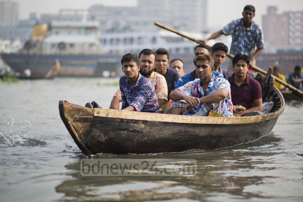 Boatmen charge Tk 5 to ferry people across the Buriganga River from Keraniganj to Dhaka. Photo: Mostafigur Rahman