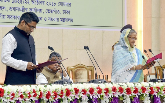 Prime Minister Sheikh Hasina administers the oath of office to Barishal Mayor-elect Serniabat Sadiq Abdullah at her office on Monday. Photo: Saiful Islam Kallol