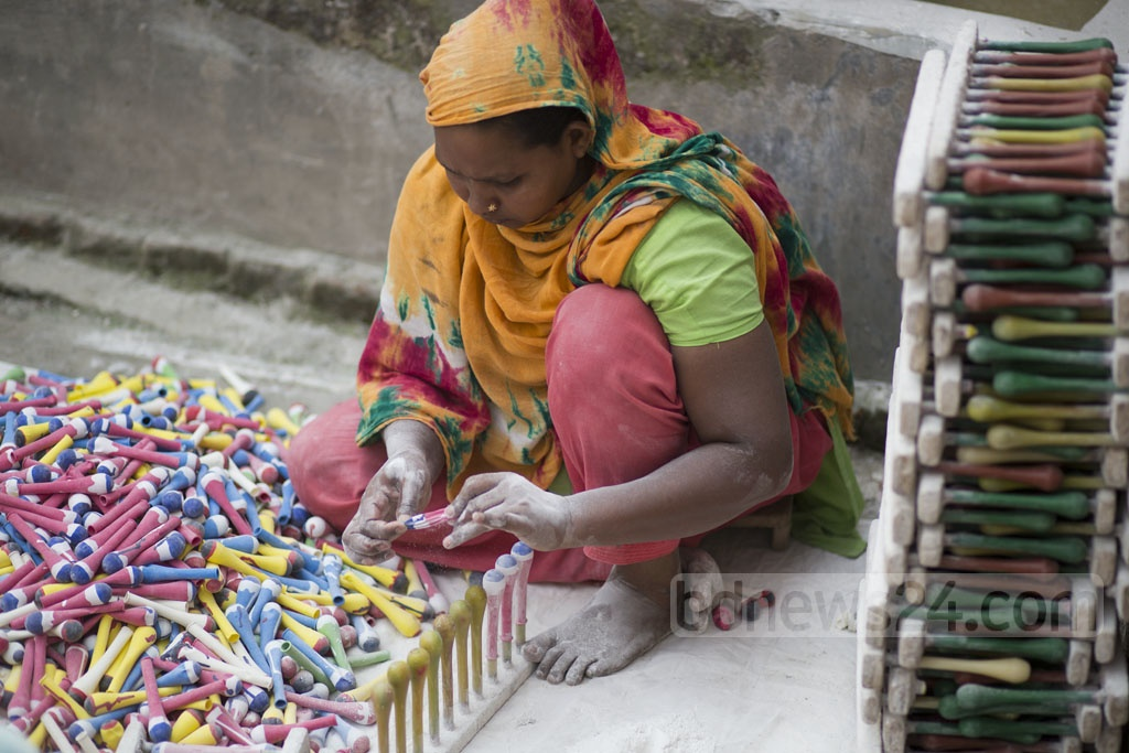 A woman makes balloons at Kamrangirchar in Keraniganj. Photo: Mostafigur Rahman