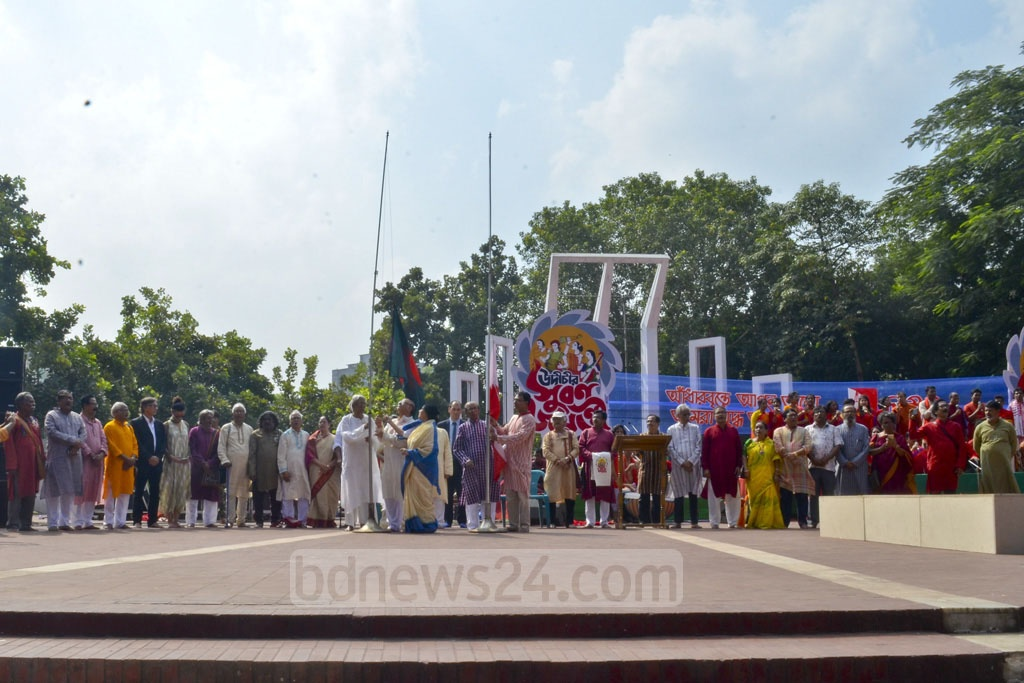 Guests hoist the national flag at the inauguration of golden jubilee programme of the Udichi Shilpi Goshthi at the Central Shaheed Minar in Dhaka on Saturday.