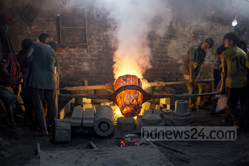 Workers melt down metals to make ship propellers at a workshop in Dhaka's South Keraniganj. Photo: Mostafigur Rahman