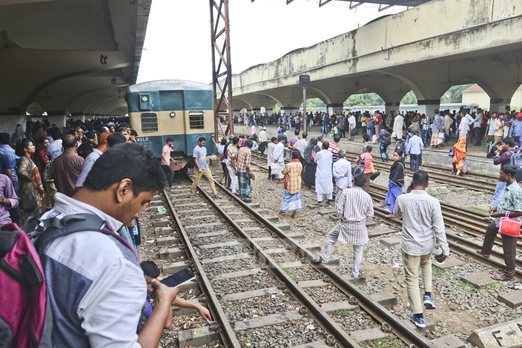 Passengers crowd the Kamalapur Railway Station in Dhaka as no buses left the capital during a nationwide transport strike on Sunday. Photo: Abdullah Al Momin