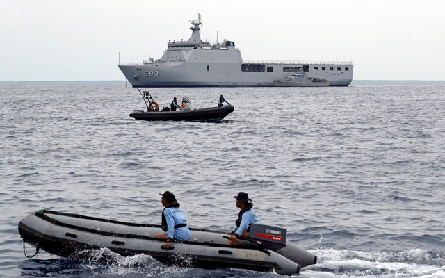 A rescue team passes near the KRI Banda Aceh navy ship at the location of the Lion Air flight JT610 crash off the north coast of Karawang regency, West Java province, Indonesia, October 30, 2018. REUTERS/Beawiharta