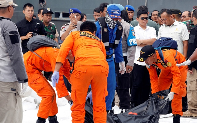 Rescue workers of crashed Lion Air flight JT610 carry a body bag off a boat at Tanjung Priok port in Jakarta, Indonesia, October 30, 2018. REUTERS/