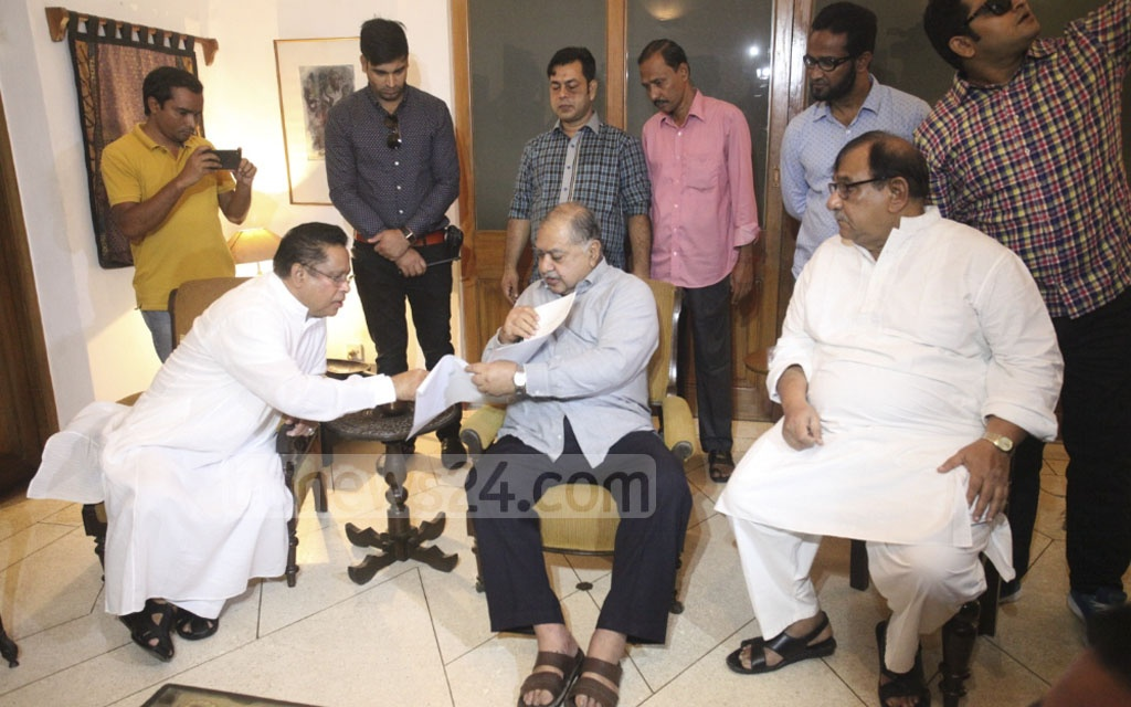 Awami League Office Secretary and the Prime Minister's Special Assistant Abdus Sobhan Golap handing Sheikh Hasina's invitation for talks to Jatiya Oikya Front chief Dr Kamal Hossain on Tuesday. The talks will be held at the Ganabhaban on Thursday.