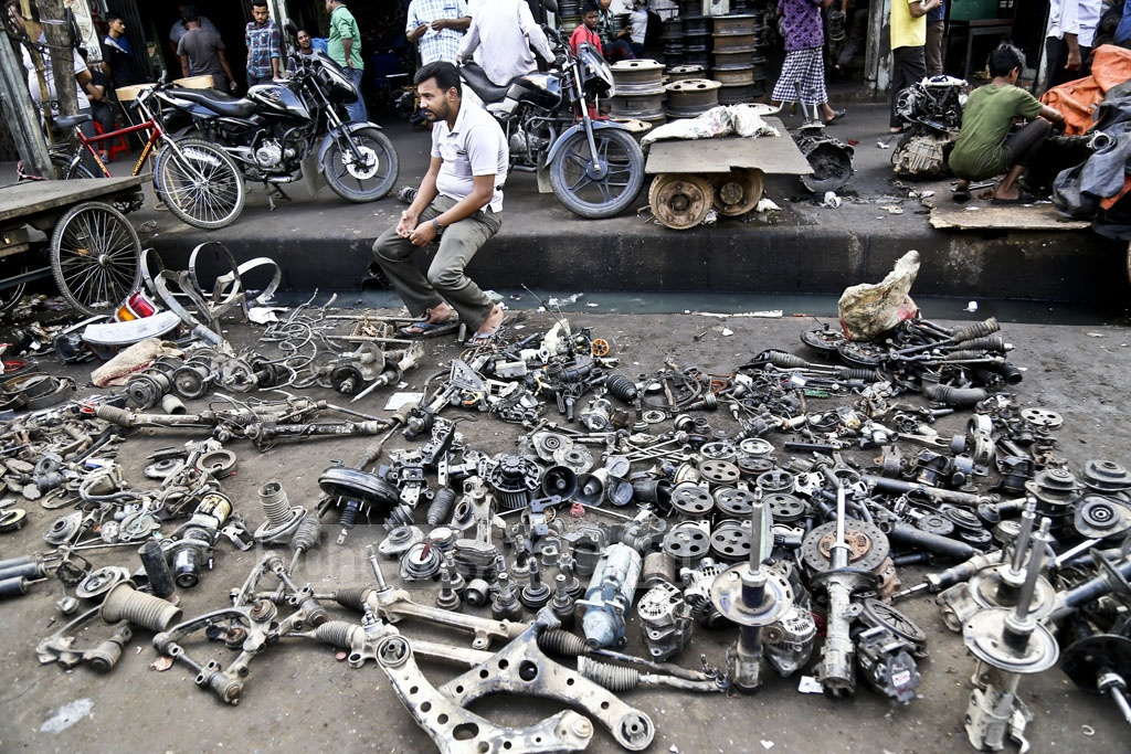 Car parts are sold on the streets and pavements at Dholaikhal in Old Dhaka. Photo: Mahmud Zaman Ovi