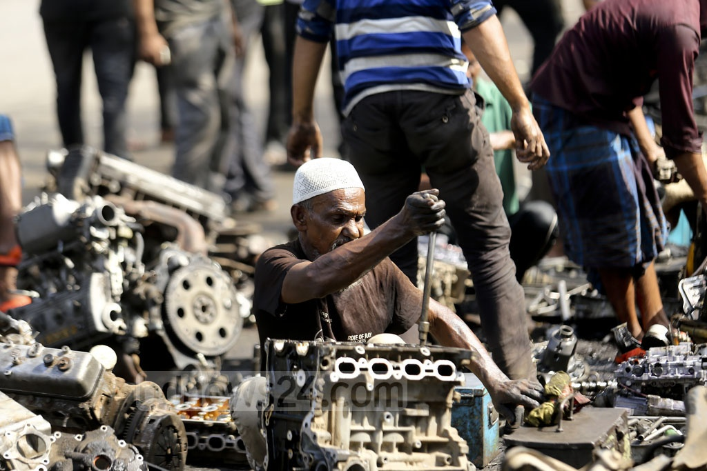 A worker dismantles a rundown car engine to find the usable parts at Dholaikhal in Old Dhaka. Photo: Mahmud Zaman Ovi