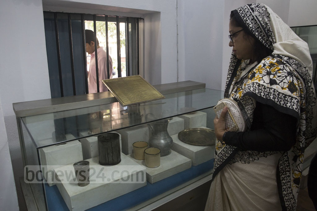 Awami League leaders and the families of the four national leaders tour the memorial museum in the central jail on Old Dhaka's Nazimuddin Road on Saturday. Photo: Mostafigur Rahman