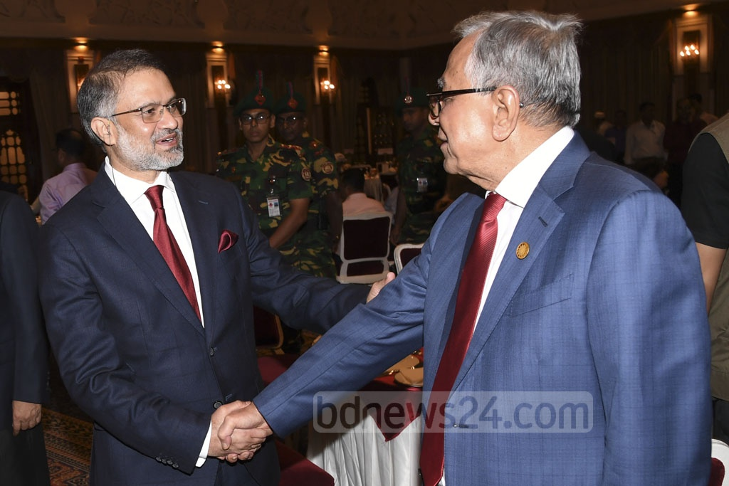 President Md Abdul Hamid and bdnews24.com Editor-in-Chief Toufique Imrose Khalidi shake hands at a Bangabhaban dinner on Monday. The president hosted journalists to exchange greetings with them at the event. Photo: Press Wing, Bangabhaban