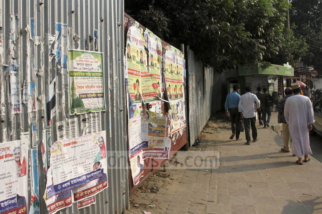 The area closed off by tin barriers near Dhaka's Banani bus stand belongs to the Road Transport and Highways Division. It has been closed off for some time for development work. Photo: Asif Mahmud Ove